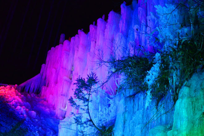 美しくライトアップされた「氷瀑」
